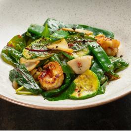 Салат с морепродуктами и тайским соусом