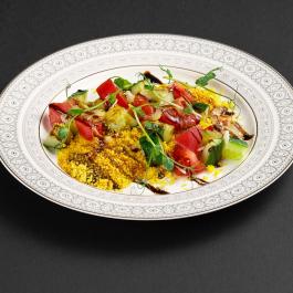 Овощной салат с кускусом и проростками с соевой заправкой