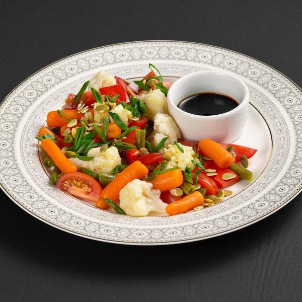 Салат с цветной капустой, маринованным перцем и заправкой на бальзамике