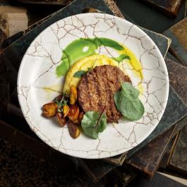 Бифштекс из растительного мяса с трюфельным пюре