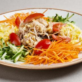 Дальневосточный салат с морской капустой и овощами