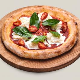 Пицца со страчателлой, вялеными томатами и базиликом