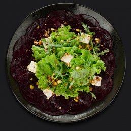 Салат с запечённой свёклой и фисташками