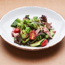 Овощной салат с томлёной уткой и малиновым соусом