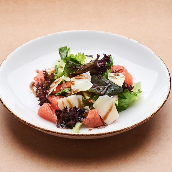Салатный микс с грейпфрутом и пармезаном