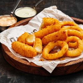 Сырные палочки и луковые кольца фри с соусами тартар и руй