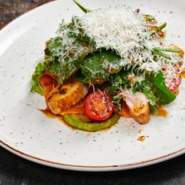 Салат с печёной тыквой и цыплёнком су-вид
