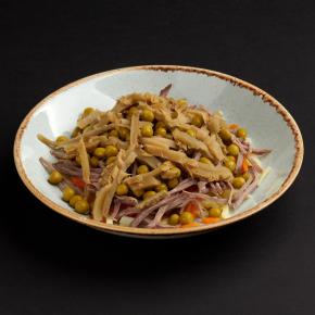 Салат с груздями, телятиной и горошком