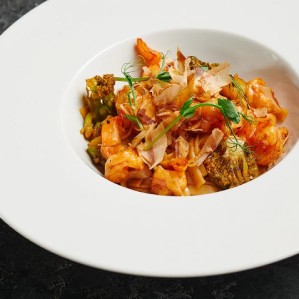 Рисовая лапша с креветками и брокколи